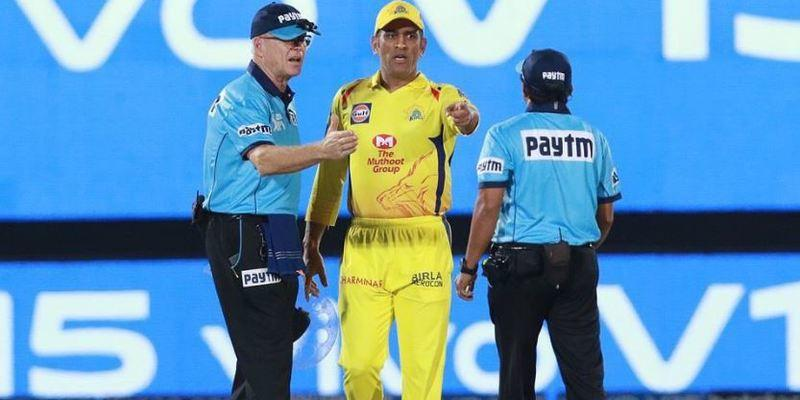 Dhoni-Argument-umpires-for-No-Ball-in-CSKvRR-Match