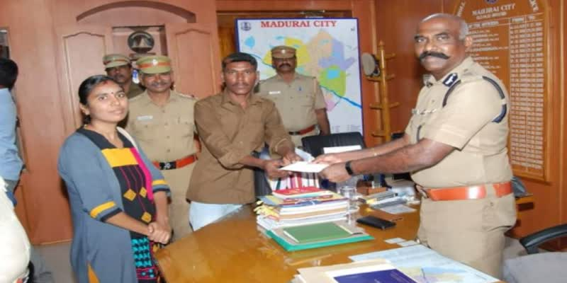 auto-driver-submit-jwell-and-rupees-in-madurai-commissioner-office