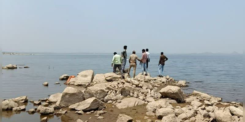 The-body-of-the-mysterious-man-who-was-found-dead-in-the-reservoir-of-Mettur-Dam-is-being-investigated-by-the-police