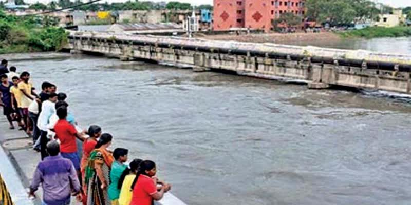 Man-took-selfie-and-fell-into-Adyar-River