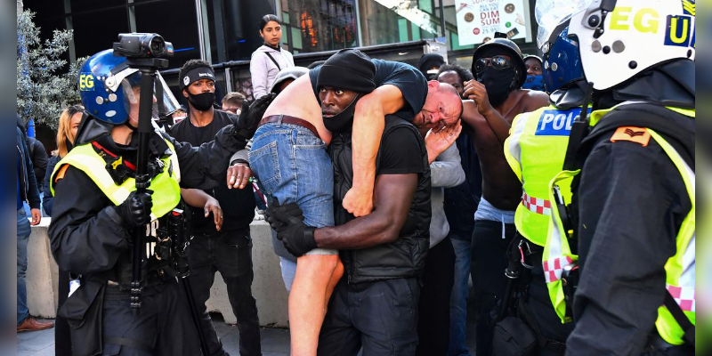 Photo-Of-Black-Man-Carrying-Injured-White-Man-At-London-Protests-Is-Viral