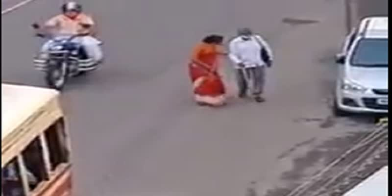 video-viral-on-woman-helped-to-blind-person