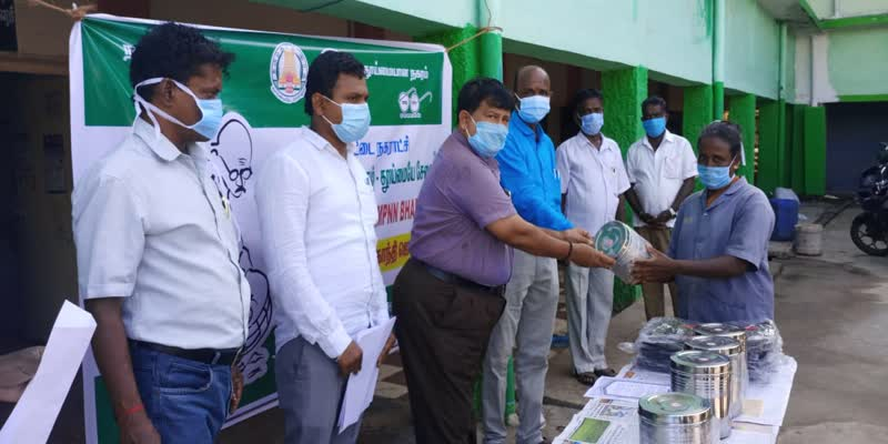 Gold-coin-for-the-best-cleaning-staff-----Pudukkottai-Municipal-Commissioner----